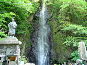800px-Shiraito_waterfall_in_the_foot_of_the_Mt.Shichinen-san.JPG