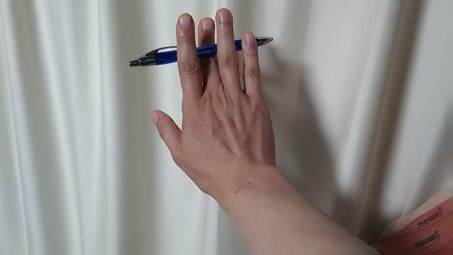 ペンを指に挟む外側.jpg