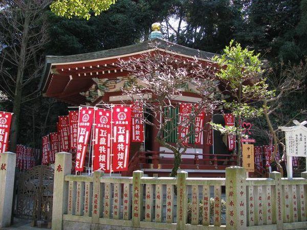 江ノ島神社の奉安殿.jpg